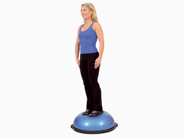 Frau in Ausgangsstellung der Übung Stand mit Gewichtsverlagerung für den Bosu