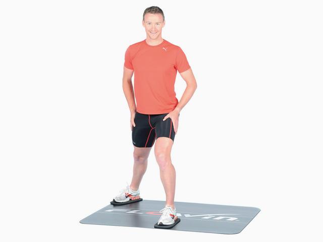Mann in Endstellung der Übung Ausfallschritt diagonal nach hinten für den Flowin