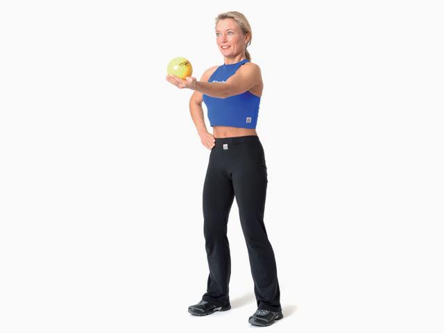 Frau in Endstellung der Übung Armstrecken / Lift für den TheraBand Soft Weights