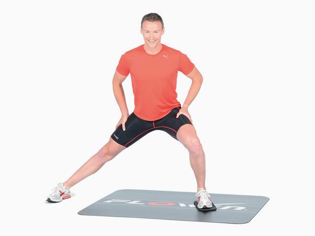 Mann in Endstellung der Übung Ausfallschritt mit Gewichtsverlagerung für den Flowin