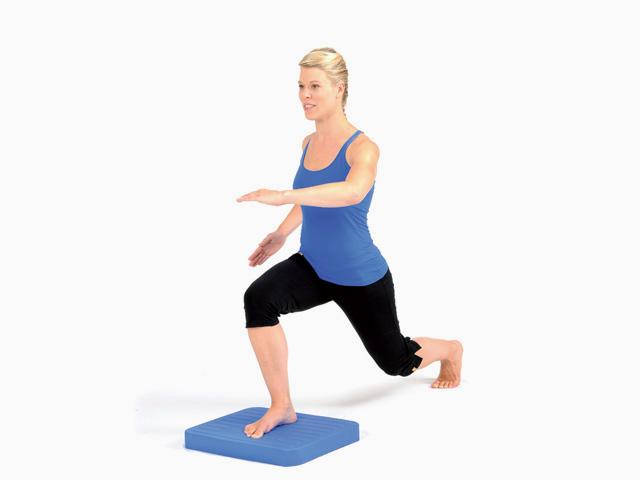 Frau in Zwischenstellung der Übung Schritte für den Balance- und Stabilitätstrainer