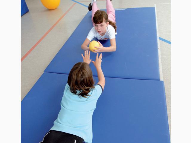 Kinder in Endstellung der Übung Doppel-Kreisverkehr für den TheraBand Soft Weights