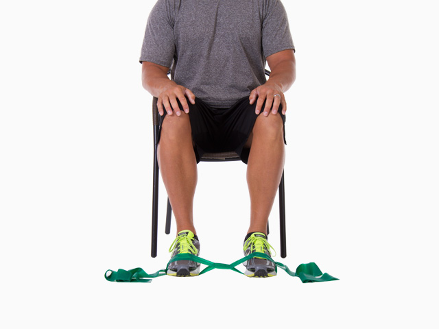 Mann in Ausgangsstellung der Übung Fußgelenkeversion für das TheraBand CLX