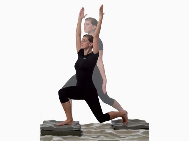Frau in Ausgangsstellung der Übung Gleichgewicht und Kraft für den Balance- und Stabilitätstrainer
