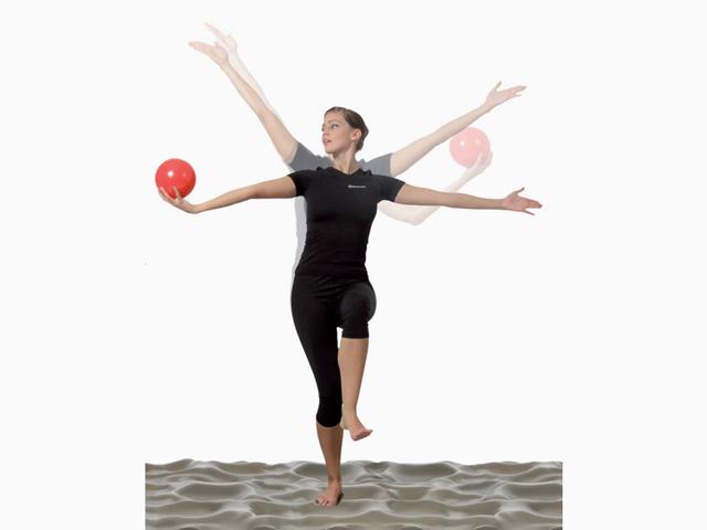 Frau in Ausgangsstellung der Übung Koordinationstraining für den Balance- und Stabilitätstrainer