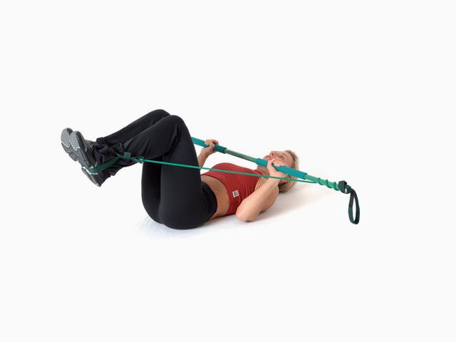 Frau in Ausgangsstellungg der Übung Käfer auf dem Rücken für den Gymstick