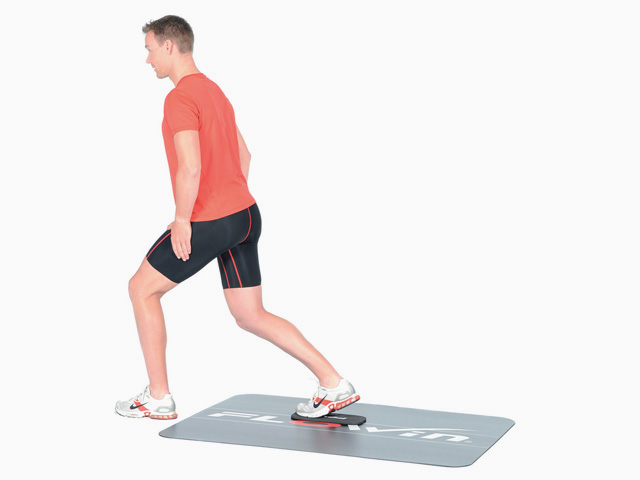 Mann in Zwischenstellung der Übung Ausfallschritt rückwärts / vorwärts für den Flowin