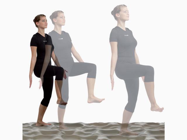Frau in Ausgangsstellung der Übung Gleichgewicht und Antizipation für den Balance- und Stabilitätstrainer