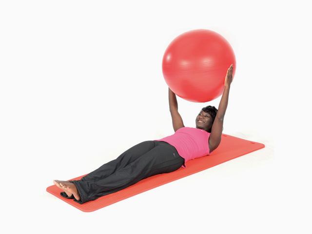 Frau in Zwischenstellung der Übung Auf- und abrollen / Roll up and down für für den Gymnastikball