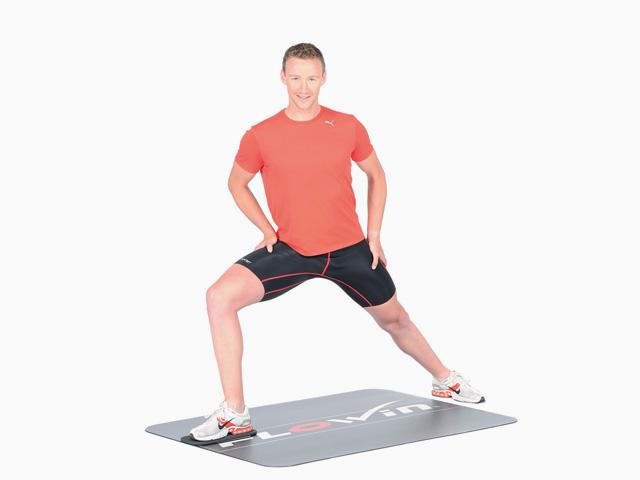 Mann in Endstellung der Übung Ausfallschritt seitwärts mit Rotation für den Flowin