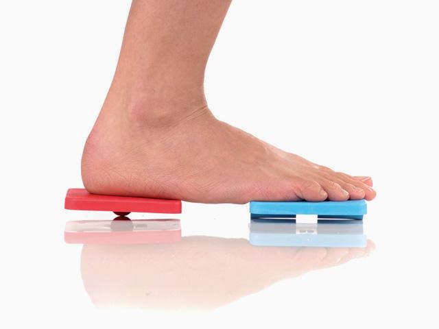 Frau in Endstellung der Übung Bein heben für den Balance- und Stabilitätstrainer