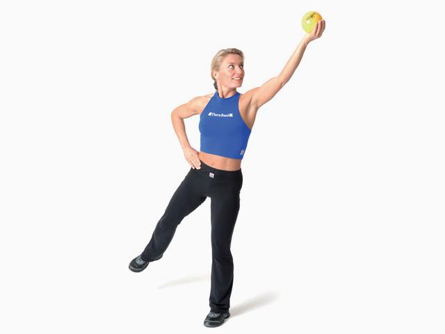 Frau in Endstellung der Übung Diagonale Streckung für den TheraBand Soft Weights