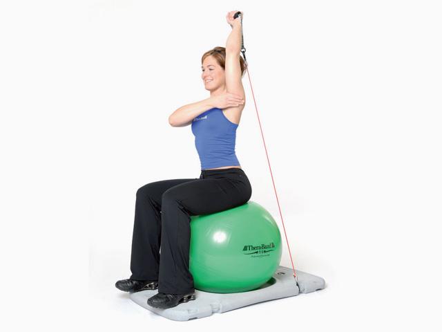 Frau in Ausgangsstellung der Übung Trainingsstation Armstrecken für den Gymnastikball