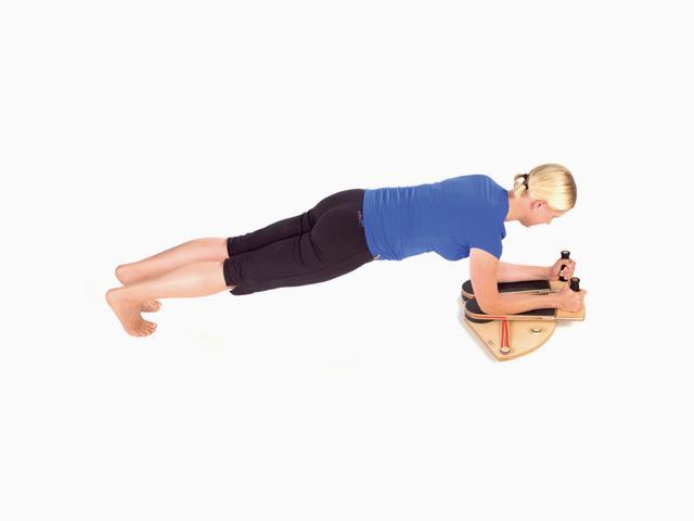 Frau in Ausgangsstellung der Übung Schultergelenk - Innenrotation für den Gelenktrainer