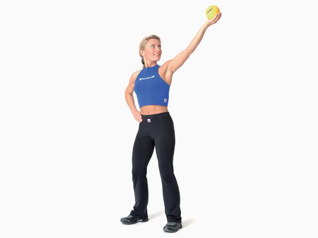 Frau in Endstellung der Übung Diagonales Über-Kopf-Heben für den TheraBand Soft Weights