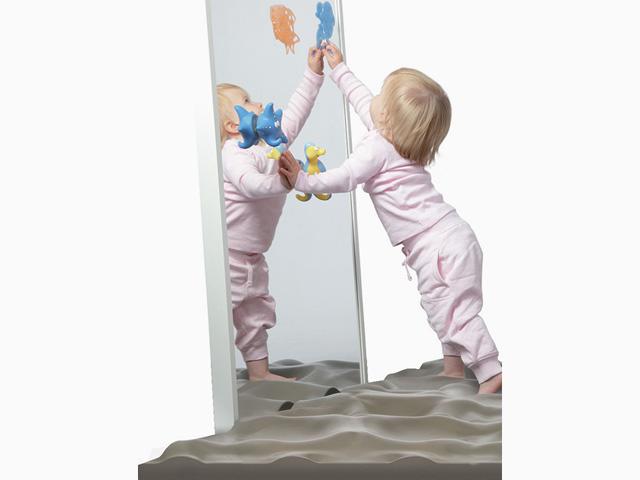 Kinder in Ausgangsstellung der Übung Entfaltung des Fußes für den Balance- und Stabilitätstrainer