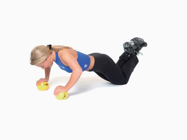 Frau in Endstellung der Übung Liegestütz für den TheraBand Soft Weights