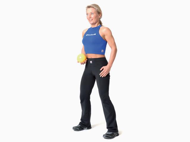 Frau in Ausgangsstellung der Übung Bücken und Strecken für den TheraBand Soft Weights