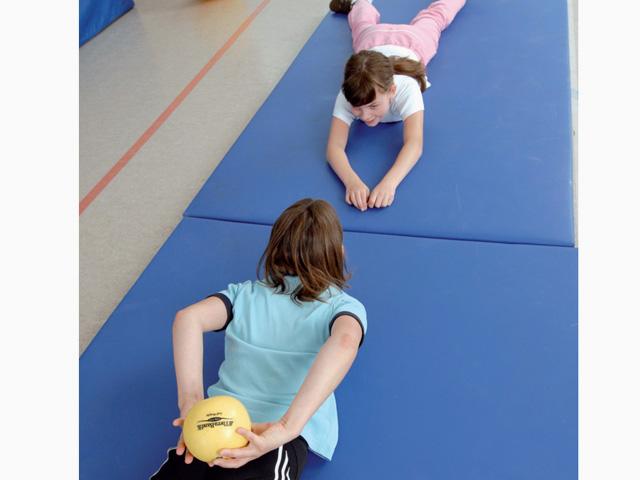 Kinder in Ausgangsstellung der Übung Doppel-Kreisverkehr für den TheraBand Soft Weights