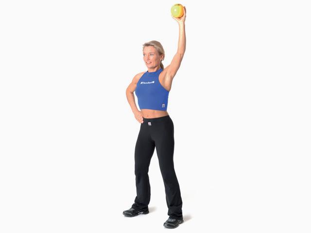 Frau in Endstellung der Übung Seitliches Über-Kopf-Heben für den TheraBand Soft Weights