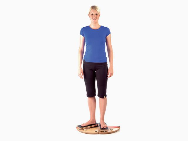 Frau in Ausgangsstellung der Übung Hüftgelenk - alternierende Innenrotation im Parallelstand für den Gelenktrainer