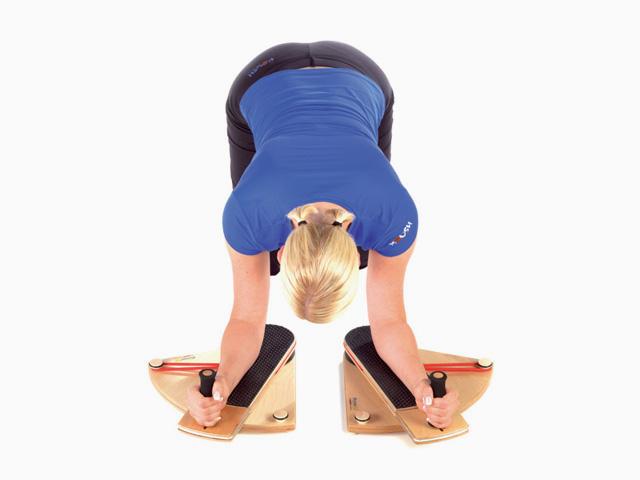 Frau in Ausgangsstellung der Übung Schultergelenk - Innenrotation-im-Vierfüßlerstand für den Gelenktrainer